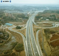 【2】川崎インターチェンジ。写真上方に東京料金所が見える=1969年(昭和44年)3月撮影、毎日グラフ別冊・69春の乗用車から
