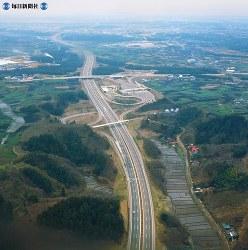 【3】横浜町田インターチェンジ。国道246号に続く大和バイパスが直角にまたいでいる。左方向が横浜市内=1969年(昭和44年)3月撮影、毎日グラフ別冊・69春の乗用車から