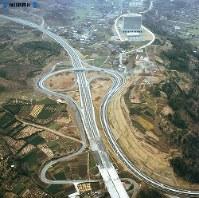 【5】完成したばかりの大井松田インターチェンジ。右上に見えるのが東京から本拠地を移した第一生命ビル=1969年(昭和44年)3月撮影、毎日グラフ別冊・69春の乗用車から