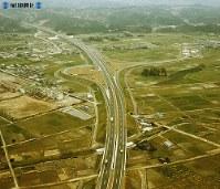 【13】菊川インターチェンジ。大阪寄りから東京方面を望む=1969年(昭和44年)3月撮影、毎日グラフ別冊・69春の乗用車から
