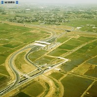 【15】浜松インターチェンジ。ゲートを出て左下方に南下すると国道1号線に接続する=1969年(昭和44年)3月撮影、毎日グラフ別冊・69春の乗用車から