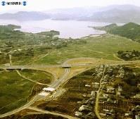 【16】三ケ日インターチェンジ。北方は浜名湖の一部の猪鼻湖=1969年(昭和44年)3月撮影、毎日グラフ別冊・69春の乗用車から