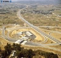 【17】豊川インターチェンジ。東名高速道をくぐって直角に交わるのは国道151号線=1969年(昭和44年)3月撮影、毎日グラフ別冊・69春の乗用車から