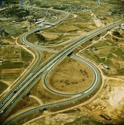 【18】岡崎インターチェンジ。左上を斜めに横切るのが国道1号線。岡崎市街はその上方=1969年(昭和44年)3月撮影、毎日グラフ別冊・69春の乗用車から