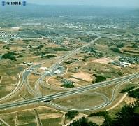 【19】豊田インターチェンジはトヨタ自動車の本拠地。上方に自動車工場群が並んでいる。高速道からも生産された車が敷地を埋めているのが見える=1969年(昭和44年)3月撮影、毎日グラフ別冊・69春の乗用車から