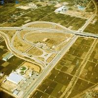 【22】小牧インターチェンジは東名高速道と名神高速道が握手する所。右から東名高速道が入り、左の名神高速道へと続く。東名高速道の下を直角に通る道は国道41号線、上は犬山、下は名古屋に達する=1969年(昭和44年)3月撮影、毎日グラフ別冊・69春の乗用車から
