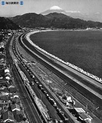東名高速道路開通:富士山と駿河湾――最も美しい景観とされる由比海岸。左側に国道1号と東海道本線=1967年(昭和42年)12月29日、毎日新聞社機から撮影