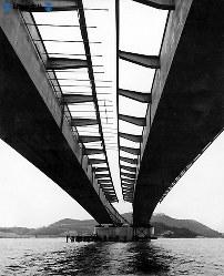 東名高速道路開通:静岡県の浜名湖サービスエリアと対岸の館山寺を結ぶ浜名湖橋=1968年(昭和43年)4月撮影
