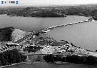 東名高速道路開通:高速道路では日本初となるS字カーブの浜名湖橋。手前は浜名湖サービスエリア=1969年(昭和44年)、毎日新聞社機から撮影