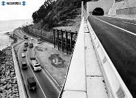 東名高速道路開通:静岡県由比町では新しい道(右上の東名高速道路)と古い道(左下の国道1号線)の落差がくっきり=1968年(昭和43年)4月20日撮影