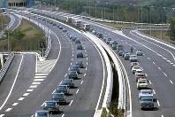 東名高速道路開通:開通式が行われた東京料金所を出発し、横浜インターに向かう約100台の車のパレード=神奈川県川崎市で1968年(昭和43年)4月24日撮影