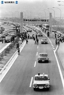 """東名高速道路開通:開通式後、岡崎インターから小牧インターへ向けて出発する""""通りぞめ""""パレード=1968年(昭和43年)4月24日撮影"""