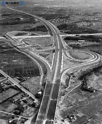 東名高速道路開通:ダイナミックなダブル・トランペット型の春日井インターチェンジ。上方は東京方面=1968年(昭和43年)4月、毎日新聞社機から撮影