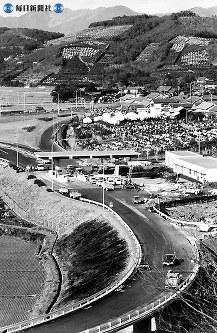 東名高速道路開通:愛知・静岡県境の宇利トンネルをくぐると、ミカン畑と浜名湖の展望が開ける。霧よけのコモをかぶったミカン畑。シーズンともなればドライバーの目を楽しませる=毎日新聞社機から撮影=1969年(昭和44年)1月30日撮影