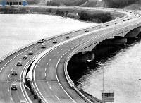 東名高速道路開通:静岡―岡崎間が開通。開通式後、出発した静岡側からのパレードの車はS字カーブの浜名湖橋へ=1969年(昭和44年)2月1日、毎日新聞社機から撮影