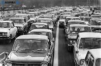 東名高速道路開通:岡崎―静岡間開通の翌日は日曜日とあって、家族連れのマイカーなどがどっと繰り出した=1969年(昭和44年)2月2日撮影