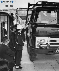 東名高速道路開通:岡崎―静岡間が開通。開門され次々とゲートを入るトラック=豊川インターチェンジで1969年(昭和44年)2月1日