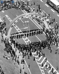 東名高速道路開通:東名高速道路が全面開通。写真は足柄サービスエリアで行われた全通式の式典=1969年(昭和44年)5月26日、本社ヘリから撮影