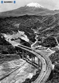 東名高速道路開通:くっきりと浮かぶ富士山を望み酒匂川橋をパレードする車の列=神奈川県酒匂川上空で1969年(昭和44年)5月26日、本社ヘリから撮影