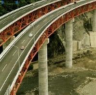 東名高速道路開通:静岡県の酒匂川に架かる東名高速道路「酒匂川橋」。全長483メートル、高さ80メートルと、当時東洋一の高さを誇った=神奈川県足柄上郡山北町で1969年(昭和44年)5月、本社ヘリから撮影