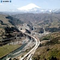 東名高速道路開通:酒匂川橋と富士山=1969年(昭和44年)3月、本社ヘリから撮影