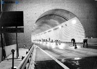東名高速道路開通:開通後、事故が多発し「スケートリンクのように滑る道路」と悪評の吾妻山トンネル内で改修工事=1969年(昭和44年)6月5日撮影