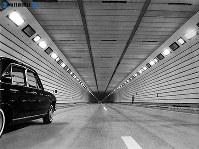 東名高速道路開通:オレンジ色のナトリウム灯の照明に輝く静岡県の清見寺トンネル内部=1968年(昭和43年)4月20日撮影