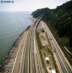 東名高速道路開通:静岡県由比町で国道1号、東海道本線と並行する東名高速道路=静岡県由比町で1970年(昭和45年)5月22日、本社ヘリから撮影