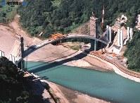 富士川と第二東名高速道路建設現場=2001年(平成13年)10月9日撮影