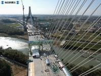 第二東名高速道路の矢作川橋。橋げたが連結し一般公開された=愛知県豊田市で2004年(平成16年)10月16日撮影