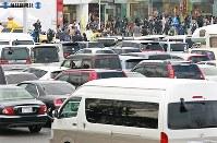 高速道路料の金引き下げ初日、多くの客で込み合う東名高速海老名サービスエリア=神奈川県海老名市で2009年(平成21年)3月28日、小出洋平撮影