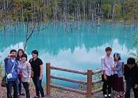 元の状態に戻り、立ち入りが可能となった「青い池」で、記念写真を撮る観光客ら=北海道美瑛町で2016年9月14日午前11時45分、手塚耕一郎撮影