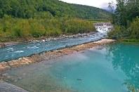復旧工事が行われた護岸。奥を流れるのは美瑛川。手前が「青い池」=北海道美瑛町で2016年9月14日午後0時2分、手塚耕一郎撮影