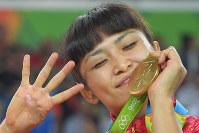 リオデジャネイロ五輪の女子フリースタイル58キロ級決勝でロシアのワレリア・ジョロボワに勝って五輪4連覇を果たした伊調馨=リオデジャネイロのカリオカアリーナで2016年8月17日、和田大典撮影