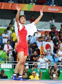 リオデジャネイロ五輪の女子フリースタイル58キロ級で優勝し、喜ぶ伊調馨=リオデジャネイロのカリオカアリーナで2016年8月17日(代表撮影)