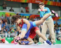 リオデジャネイロ五輪の女子58キロ級決勝 ロシアのワレリア・コブロワゾロボワ(下)を攻める伊調馨=リオデジャネイロのカリオカアリーナで2016年8月17日(代表撮影)
