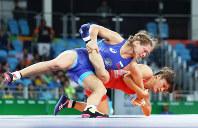 リオデジャネイロ五輪の女子フリースタイル58キロ級決勝で激しく攻める伊調馨=リオデジャネイロのカリオカアリーナで2016年8月17日(代表撮影)