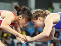 リオデジャネイロ五輪の女子フリースタイル58キロ級決勝で、激しく攻める伊調馨=リオデジャネイロのカリオカアリーナで2016年8月17日(代表撮影)
