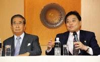 合流記者会見に臨む太陽の党の石原慎太郎共同代表(左)と減税日本の河村たかし代表=東京都内のホテルで2012年11月15日、矢頭智剛撮影