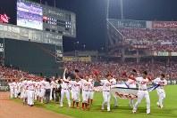 【広島―巨人】グラウンドを一周し、ファンに手を振る広島の選手たち=マツダスタジアムで2016年9月15日、山田尚弘撮影