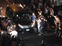 移送される高知東生容疑者を乗せた車=東京都千代田区で2016年6月24日午後8時29分、中村琢磨撮影
