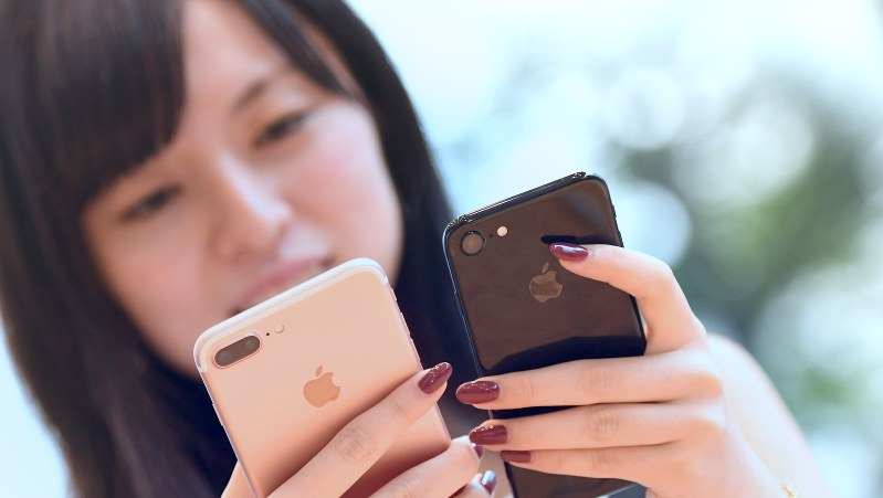 発売されたばかりの「iPhone7」=東京都渋谷区のアップルストア表参道店で2016年9月16日、竹内紀臣撮影
