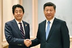 会談前に握手を交わす安倍晋三首相(左)と中国の習近平国家主席=2016年9月5日(代表撮影・共同)