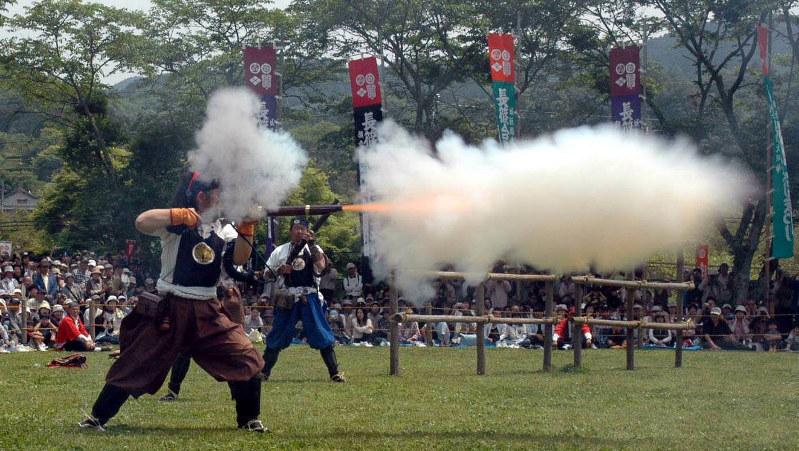 「長篠合戦のぼりまつり」で披露された火縄銃の射撃=2007年5月5日撮影