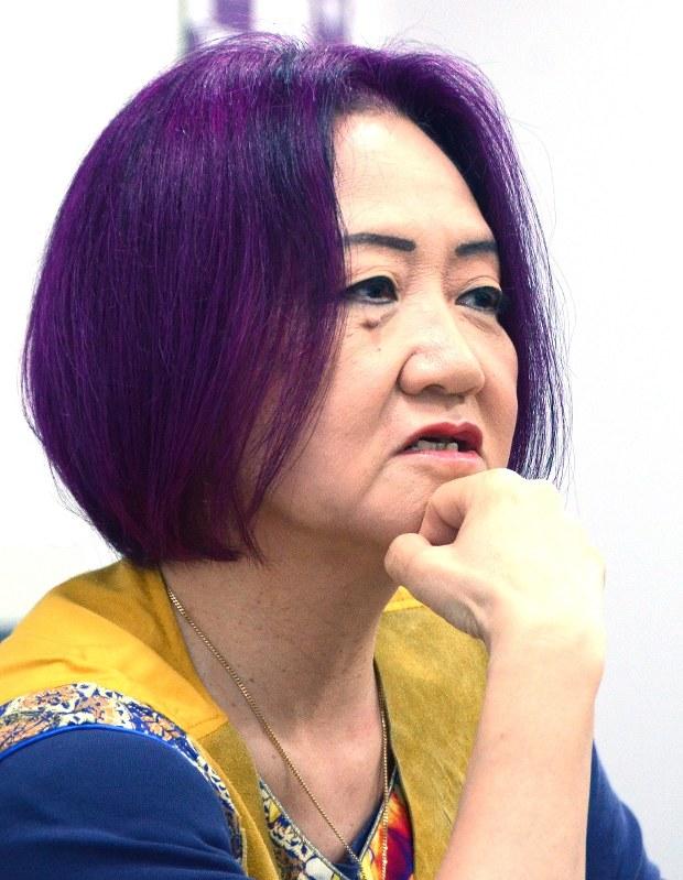 インタビューに答える浜矩子・同志社大学大学院ビジネス研究科教授=2016年9月15日、山口敦雄撮影
