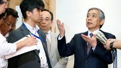 麻生太郎財務相との会談後、記者の質問に答える黒田東彦日銀総裁(右)=2016年8月2日、森田剛史撮影