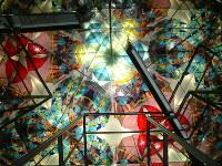 巨大な万華鏡の中に入れる三河工芸ガラス美術館=三河工芸ガラス美術館提供