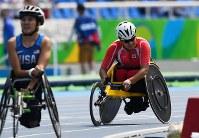 陸上男子1500メートル(車いすT52)、2位でフィニッシュし悔しがる佐藤友祈(右)。左は優勝したマーティン=リオデジャネイロの五輪スタジアムで2016年9月15日、徳野仁子撮影