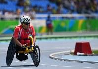 陸上男子1500メートル(車いすT52)、2位でフィニッシュし悔しがる佐藤友祈=リオデジャネイロの五輪スタジアムで2016年9月15日、徳野仁子撮影