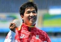 陸上男子1500メートル(車いすT52)で、二つ目の銀メダルを獲得し表彰式で笑顔を見せる佐藤友祈=リオデジャネイロの五輪スタジアムで2016年9月15日、徳野仁子撮影
